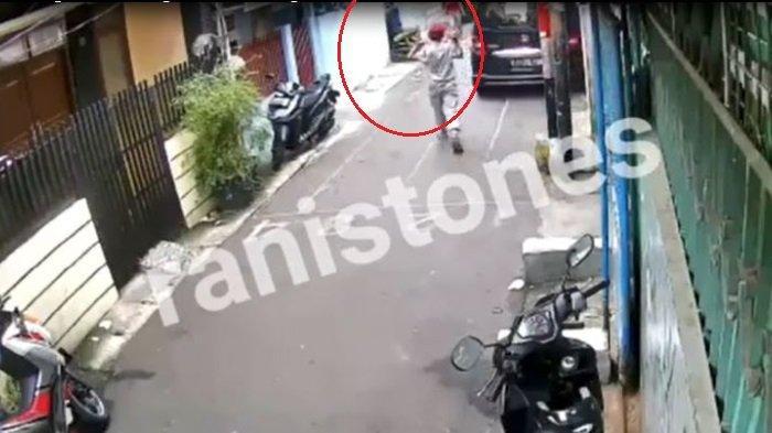 Beredar di IG, Detik-detik Komplotan Pencuri Sepeda Motor Beraksi, Mengintai di Gang yang Ramai Warga