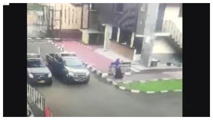 Detik-detik terduga teroris serang Mabes Polri, Rabu (31/3/2021).