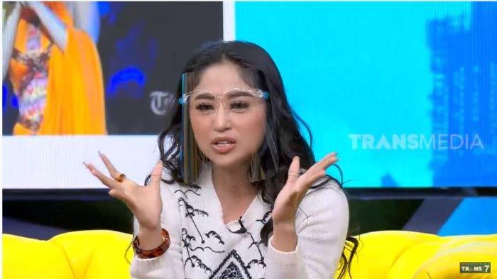Penyanyi dangdut Dewi Perssik dalam tayangan OKAY BOS di kanal YouTube TRANS7 OFFICIAL, Sabtu (11/9/2020).