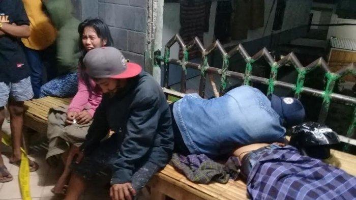 Keluarga korban saat ini mengerumuni jenazah. David korban pembunhan di rumah susun (Rusun) Lette, Jl Rajawali 1, Kecamatan Mariso, Kota Makassar, Kamis (24/9/2020) dini hari.