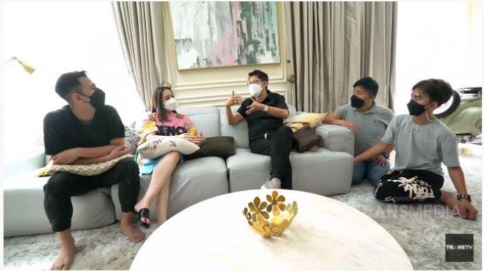 Dokter Boyke (tengah) memberikan nasihat kepada pasangan Raffi Ahmad dan Nagita Slavina, Minggu (11/4/2021).