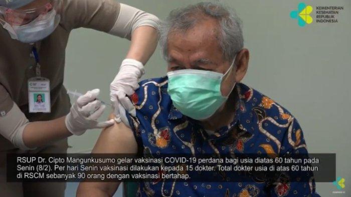Dokter Spesialis Penyakit Dalam Syamsurizal Djauzi merupakan satu dari sejumlah penerima vaksin Covid-19 dari kalangan tenaga kesehatan (nakes) lanjut usia (lansia), Senin (8/2/2021).