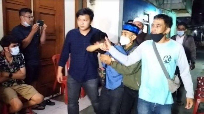 Doly, adik almarhum Sapri Pantun, tiba di rumah duka kawasan Cipulir, Jakarta Selatan, Senin (10/5/2021).