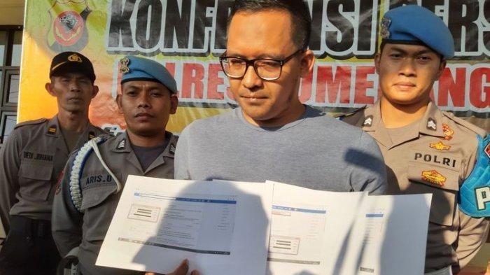 DP (31) menunjukan print out status hoaks terkait aksi 22 Mei di Jakarta di akun Facebook miliknya saat jumpa pers di Mapolres Sumedang, Kamis (23/5/2019).