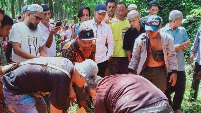 Dua jenazah yang menjadi korban pembunuhan ditemukan tewas di di areal perkebunan sawit Philip III , Desa Tanjung Kerang, Kecamatan Babat Supat, Kabupaten Musi Banyuasin, Sumatera Selatan, Senin (10/6/2019).