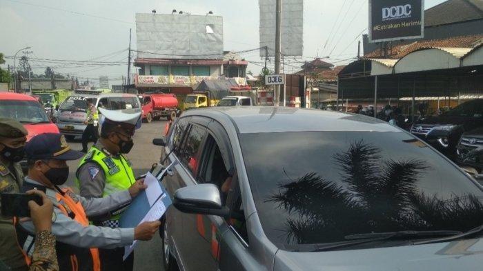 Dua travel gelap diamankan polisi di penyekatan pintu Tol Padalarang karena nekat membawa pemudik tujuan Jateng