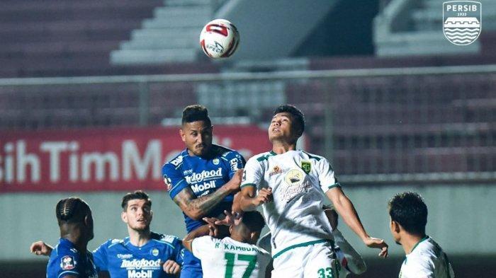 Duel udara antara pemain Persib Bandung Wander Luiz dan pemain belakang Persebaya di Stadion Maguwoharjo, Sleman, Minggu (11/4/2021).
