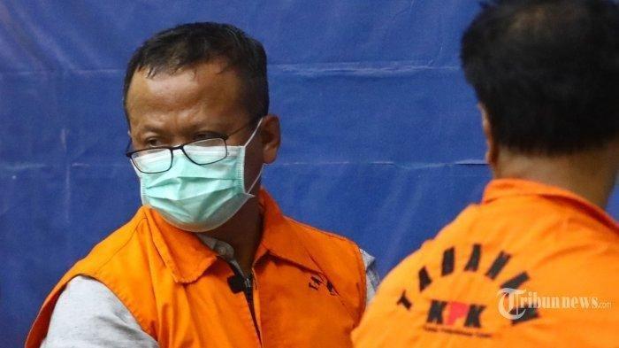 Menteri Kelautan dan Perikanan (KKP), Edhy Prabowo mengenakan rompi oranye usai menjalani pemeriksaan di Gedung KPK, Jakarta Selatan, Rabu (25/11/2020). KPK resmi menahan Edhy Prabowo bersama enam orang lainnya terkait Operasi Tangkap Tangan (OTT) dalam kasus dugaan menerima hadiah atau janji terkait perizinan tambak usaha dan/atau pengelolaan perikanan atau komoditas perairan sejenis lainnya. Edhy Prabowo pun buka suara setelah ditetapkan sebagai tersangka atas kasus dugaan korupsi izin ekspor benur.