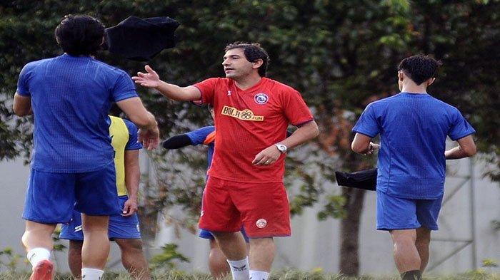 Terancam Didepak Arema FC, Eduardo Almeida Keluhkan 1 Permasalahan Ini dalam Skuadnya
