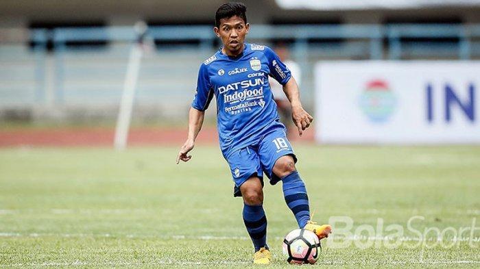 Aksi gelandang Persib Bandung, Eka Ramdani saat tampil melawan Sriwijaya FC pada partai pembukaan Piala Presiden 2018 di Stadion Gelora Bandung Lautan Api (GBLA), Kota Bandung, Jawa Barat, Selasa (16/1/2018) sore.