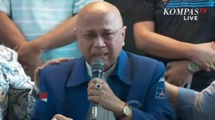 Eks kader Partai Demokrat Darmizal menahan tangis saat berbicara dalam konferesi pers yang digelar kubu kontra-AHY di Jakarta, Selasa (9/3/2021).