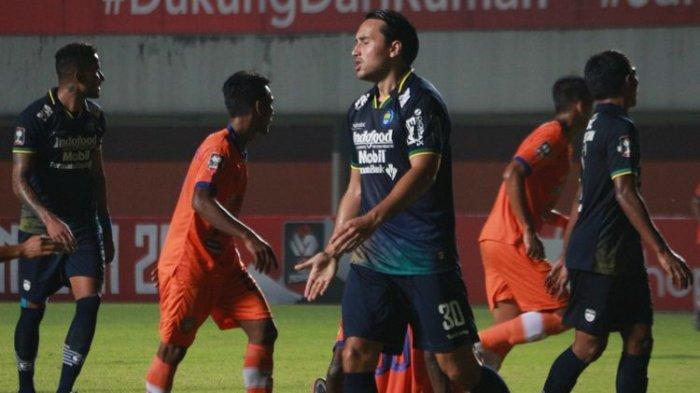 Ekspresi Ezra Walian dalam pertandingan Persib Bandung vs Persiraja Banda Aceh pada ajang Piala Menpora 2021 yang digelar di Stadion Maguwoharjo, Sleman, pada Jumat (2/4/2021) malam WIB.