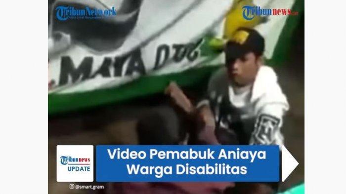 RR (jaket putih) menganiaya DK (jaket merah marun) yang merupakan penyandang disabilitas, aksi penganiayaan ini sempat viral di media sosial.