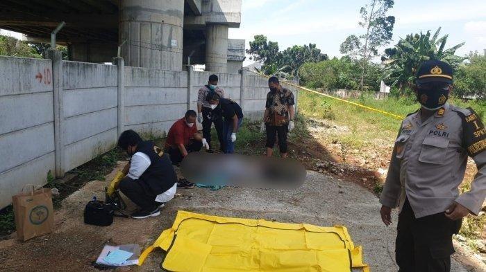 Evakuasi jenazah RSJ, seorang terapis yang diduga tewas dibegal di Kolong Jembatan Tol Jatikarya, Jatisampurna, Bekasi pada Jumat (6/8/2021).