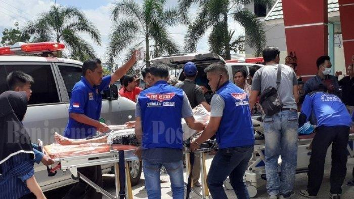 Evakuasi pasien keracunan saat tiba di RSUD dr H Soemarno Sosroatmodjo Kuala Kapuas, Jumat (24/5/2019).