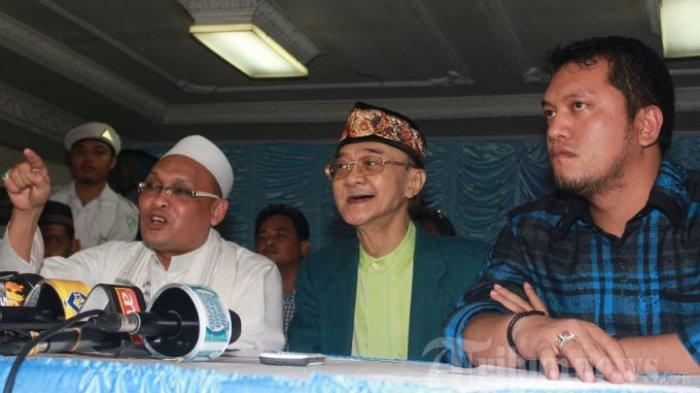 Eyang Subur (tengah) didampingi kuasa hukumnya, Ramdan Alamsyah (kanan) dan Ketua Front Pembela Islam (FPI) DKI, Habib Salim Umar Al Attas alias Habib Selon (kiri) menggelar jumpa pers pelepasan tiga orang istrinya, yaitu Reni Mulyaningsih (istri ke-5), Annisa (istri ke-7), dan Nita Septiarini (istri ke-8), di kediamannya di kawasan Duri Kepa, Kebon Jeruk, Jakarta Barat, Sabtu (25/5/2013). Adapun istri ke-6, Anne sudah lebih dulu hengkang dari kediaman Eyang Subur pada bulan Maret lalu. Eyang Subur mengaku sadar atas ketidakpahaman dirinya tentang batasan jumlah istri berdasarkan syariat Islam. Namun sebagai bentuk tanggungjawab moral, meskipun telah dilepas, eyang masih akan memberikan bantuan untuk anak-anaknya hingga mereka dewasa, serta menyediakan rumah untuk para mantan istrinya tersebut.