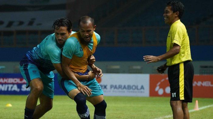 Ezra Walian dan Supardi Nasir saat mengikuti sesi latihan bersama Persib Bandung. Supardi enggan terlena dengan hasil positif Persib Bandung di dua laga awal Liga 1 2021.