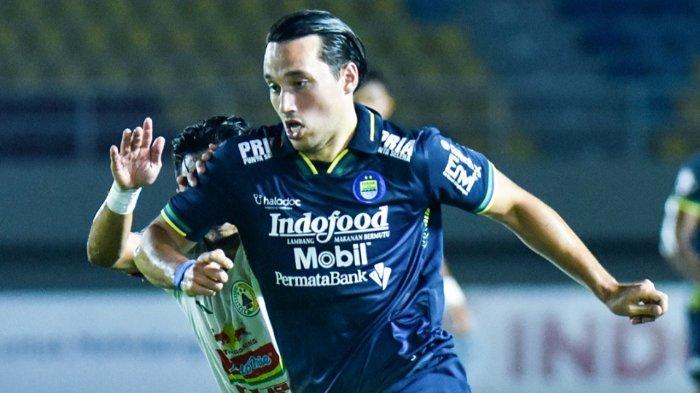 Ezra Walian saat memperkuat Persib Bandung melawan PSS Sleman di laga leg kedua semifinal Piala Menpora 2021, Senin (19/4/2021).