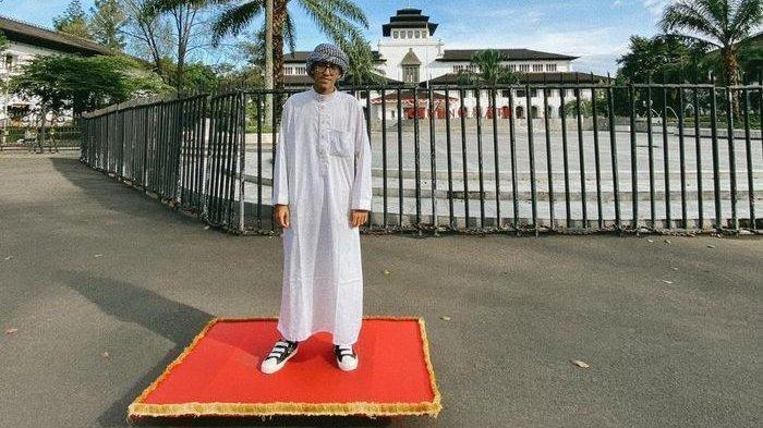 Sosok Fadli Maulana, Pemuda Viral dengan Karpet Terbang Aladin Bagi-bagi Donasi di Bandung