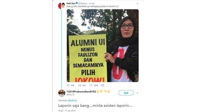 Fadli Zon tampak menanyakan apakah pemegang poster merupakan alumni dari UI.