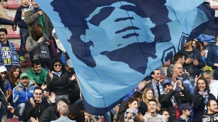 Fans Napoli mengibarkan bendera raksasa bergambarkan muka Diego Maradona pada laga Liga Italia kontra Lazio di Stadion San Paolo pada 13 April 2014.