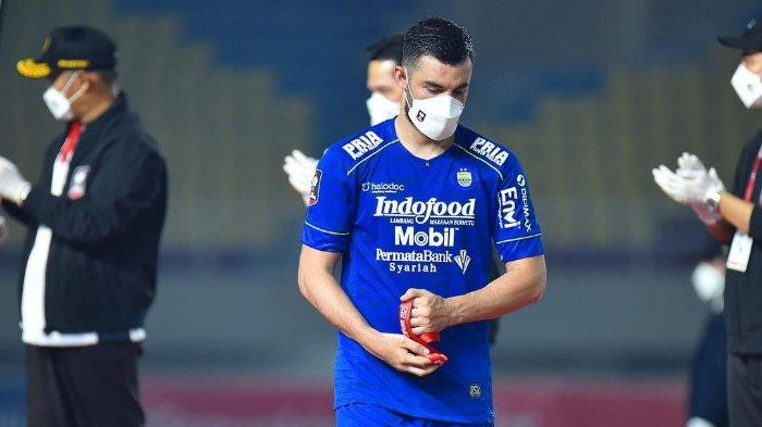 Farshad Noor saat menerima mendali bersama Persib Bandung dengan menjadi juara kedua di Piala Menpora 2021.