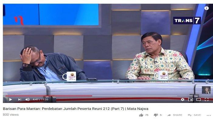 Ferdinand Hutahaean (kiri) tampak tertunduk dan tertawa saat mendengar pernyataan Kapitra Ampera.