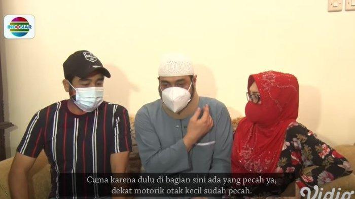 Ferry Irawan yang ditemani keluarga sedang menceritakan kondisi kesehatannya saat ini.