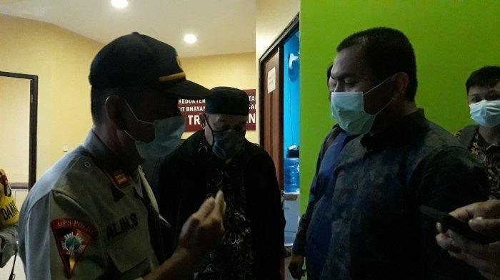 Kuasa hukum FPI Aziz Yanuar (kanan) berdialog dengan anggota polisi terkait keinginan mengambil jenazah 6 laskar di Rumah Sakit Polri Kramat Jati, Jakarta Timur, Senin (7/12/2020).
