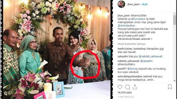 Postingan Instagram Jono yang memperlihatkan Furry Setya resmi bertunangan dengan kekasihnya Dwinda Ratna.