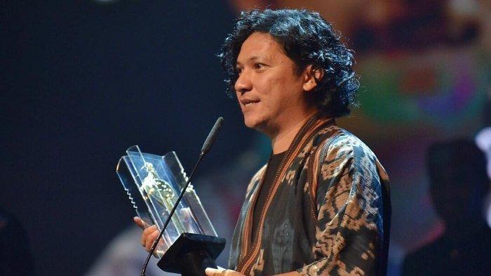 gading-marten-dengan-penampilan-rambut-gondrong-saat-festival-film-indonesia.jpg