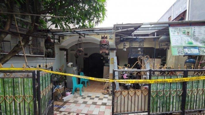 Garis polisi terpasang di kediaman korban yang merupakan lokasi kejadian, Rabu (30/12/2020).