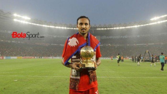 Gelandang asing Persija Jakarta, Rohit Chand memamerkan gelar best player Liga 1 2018.