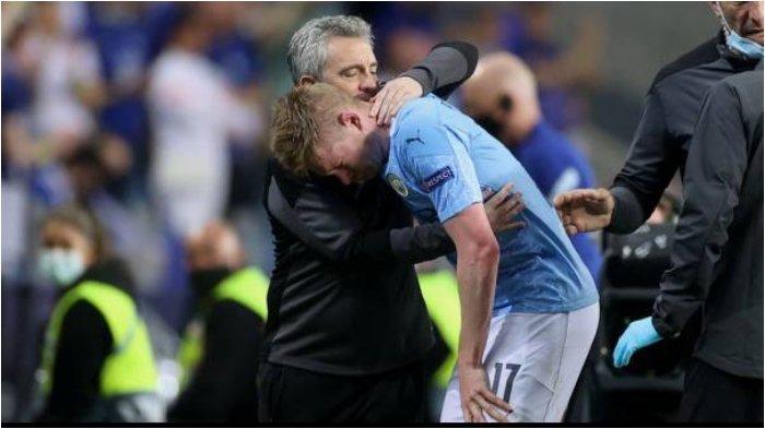 Gelandang Manchester City, Kevin De Bruyne mengalami cedera pada laga final Liga Champions melawan Chelsea di Estadio do Dragao, Minggu (30/5/2021)