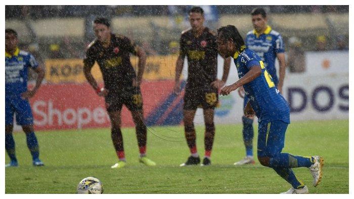 Hariono saat berseragam Persib Bandung melakukan tendangan penalti pada laga melawan PSM Makassar di Stadion Si Jalak Harupat, Bandung, Minggu (22/12/2019)