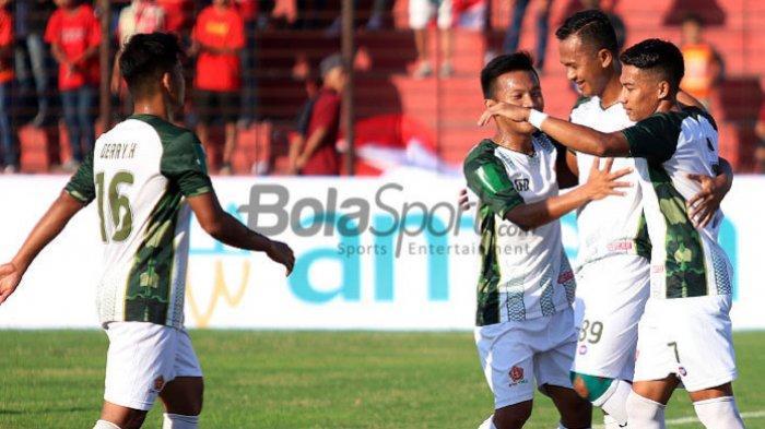 Gelandang PS Tira, Sansan Husaeni, merarayakan gol persama rekan setimnya seusai mencetak gol ke gawang Persiba Bantul pada babak 128 besar Piala Indonesia 2018 di Stadion Sultan Agung, Bantul, Selasa (24/7/2018).