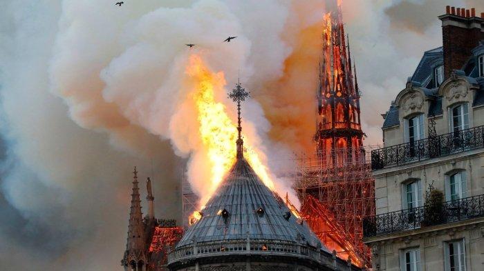 Gereja Notre Dame di Paris mengalami kebakaran hebat, Senin (15/4/2019) malam.
