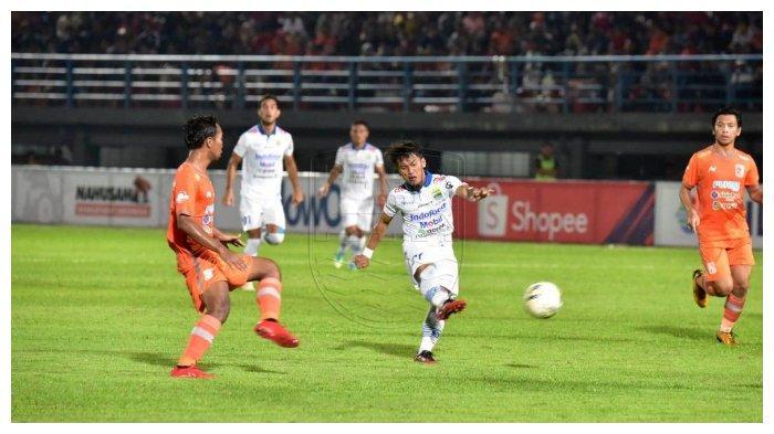 Ghozali Siregar Melakukan Tendangan ke Gawang Borneo FC