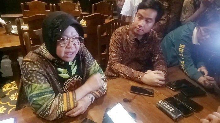 Menteri Sosial, Tri Rismaharini dan Walikota Solo, Gibran Rakabuming Raka pada Rabu (4/3/2020). Gibran langsung menghubungi Risma setelah mengetahui pasien rumah sakit rujukan pasien Covid-19 di Solo membludak.