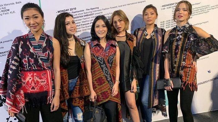 Girls Squad saat menghadiri pagelaran busana desainer senior Anne Aventie di Jakarta Fashion Week 2019, Selasa (23/10/2018).