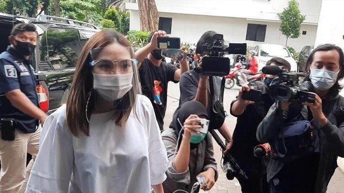 Gisella Anastasia alias Gisel saat tiba di Polda Metro Jaya untuk melakukan wajib lapor, Kamis (14/1/2021).