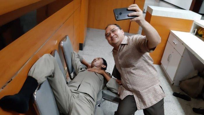 Viral di WA Gubernur Babel Erzaldi Selfi dengan Satpol PP yang Tertidur hingga Beri Hadiah