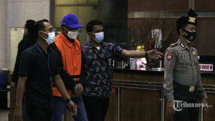 Gubernur Sulawesi Selatan, Nurdin Abdullah berjalan menuju ruang konferensi pers terkait Operasi Tangkap Tangan (OTT) dirinya oleh Komisi Pemberantasan Korupsi (KPK), di Gedung KPK, Kuningan, Jakarta Selatan, Minggu (28/2/2021) dini hari.