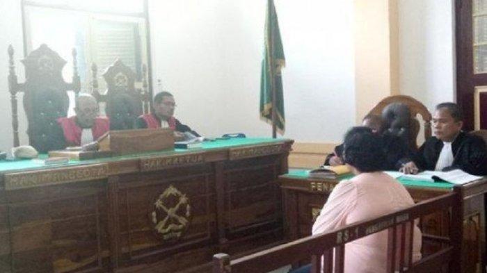 Guru SD Nomor 027144 Kelurahan Damai Kota Binjai, Demseria Simbolon, duduk di kursi pesakitan usai memalsukan kematiannya, di Pengadilan Negeri (PN) Medan, Sumatera Utara, Jumat (3/5/2019).