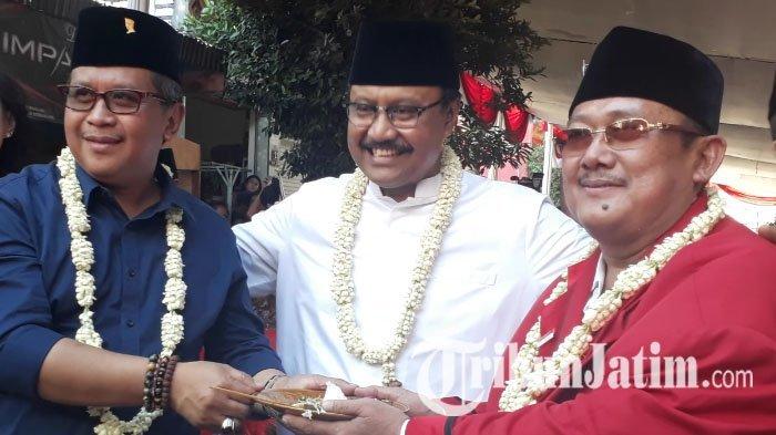 Gus Ipul (tengah) bersama sekjen DPP PDIP, Hasto Kristiyanto (kanan), dan Ketua Posko Gotong Royong, Mochtar Utomo (kanan) di Surabaya, Jumat (1/9/2017).