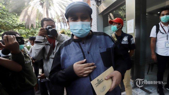 Sekjen Habib Rizieq Shihab (HRS) Center, Haikal Hassan mendatangi Direktorat Reserse Kriminal Khusus Polda Metro Jaya, Jakarta Selatan, Rabu (23/12/2020). Kedatangannya untuk diperiksa terkait pengakuan dirinya yang mimpi bertemu dengan Rasulullah SAW, namun karena dirinya reaktif Covid-19 saat dilakukan pemeriksaan rapid test antibodi, Haikal Hasan batal dimintai klarifikasi hingga ada hasil swab PCR negatif Covid-19.