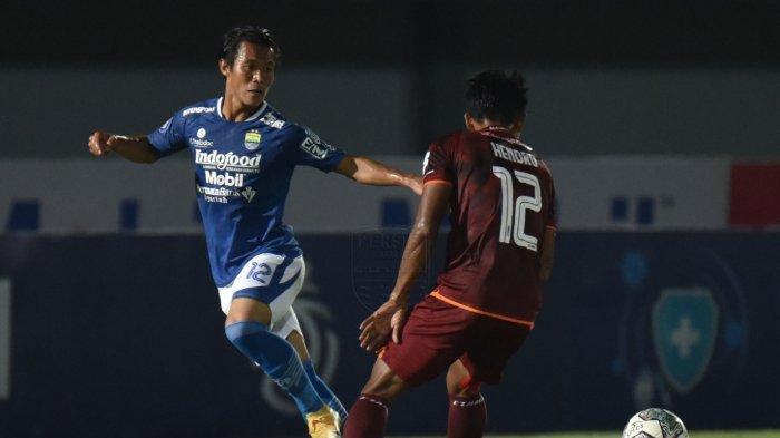 Bek sayap Persib Bandung Henhen Herdina saat berhadapan dengan pemain Borneo FC, Hendro Siswanto pada Kamis (23/9/2021) di Stadion Indomilk Arena, Tangerang.