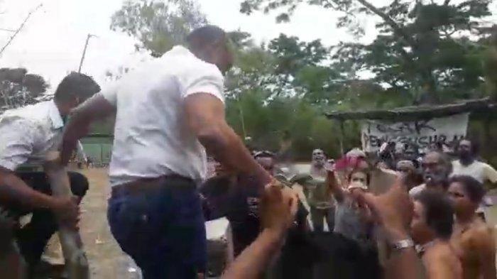 Beramai-ramai Telanjang Dada, Para Ibu di Besipae NTT Ajukan Protes di Hadapan Gubernur