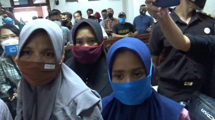 BEBAS SEMENTARA: Martini (jilbab biru) menjawab pertanyaan wartawan usai persidangan di PN Praya, Senin (22/2/2021).
