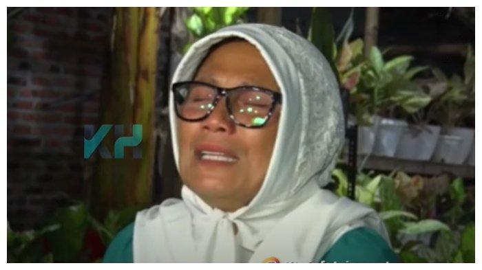 Ibunda Indah Permatasari menangis meronta-ronta tak rela anaknya menikah dengan Arie Kriting, Rabu (13/1/2021).